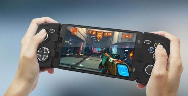 相信有许多玩家和小编一样,实在是不喜欢手机触屏玩游戏的感觉,正因如此,许多Android游戏玩家都希望拥有一个专门的游戏手柄。2012年下半年时一款名为Phonejoy的Android游戏设备问世了。2013年1月份,Phonejoy游戏控制器登陆Kickstarter筹款站点,并且获得了不少用户的支援,最后筹集到大约7万美元资金。现如今,这款产品终于要出货了。  前期在Kickstarter站点为Phonejoy提供资金支持的用户很快就会收到这款手柄产品这款设备可应用于Android、PC以及iCad